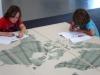 Sem&Zeno werken aan de wereldkaarttafel in Witte de With