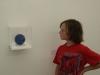 Zoek de blauwe wereldbol. Sem vindt een bol van Lapis Lazuli en tekent een blauw land.