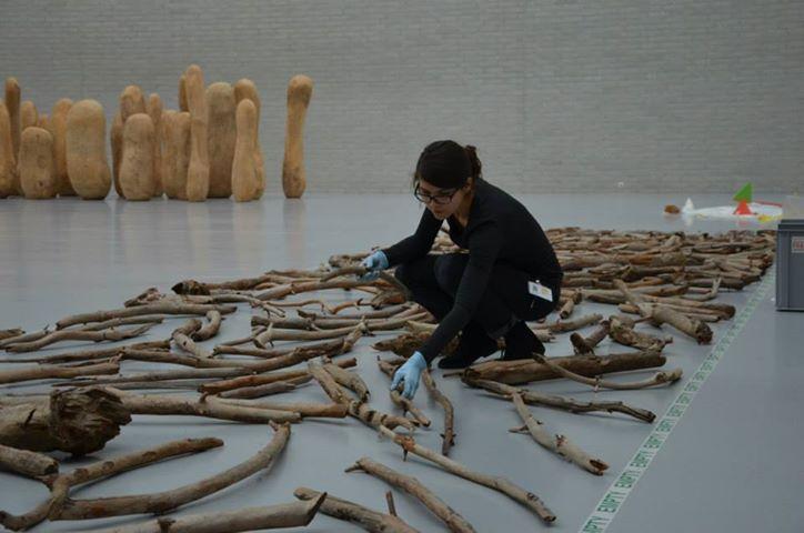 Opbouw expo A One Day Walk - installatie van  'Wood line' (1979) van Richard Long.